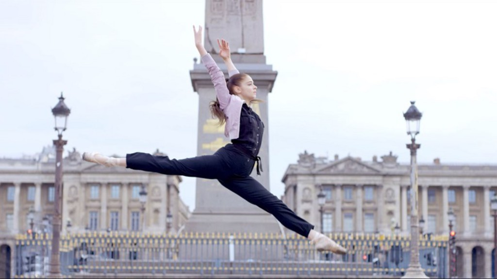 Une femme danse dans Paris entièrement désert