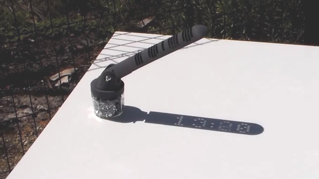 Un cadran solaire affiche l'heure en numérique