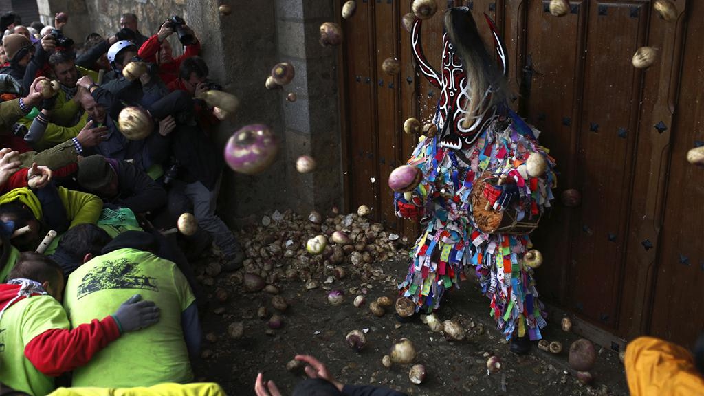 Au festival de Jarramplas, on lance des navets sur le démon