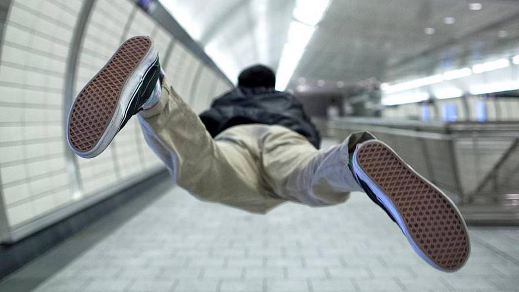 Un artiste volant se prend en photo dans les rues des grandes métropoles