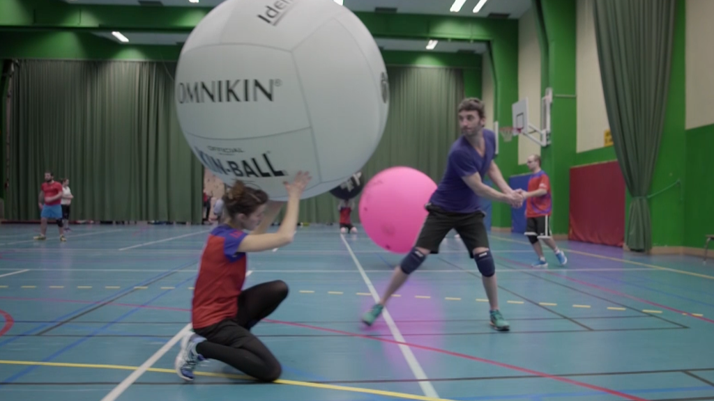 On a testé le Kin-ball, ce sport XXL avec un ballon géant