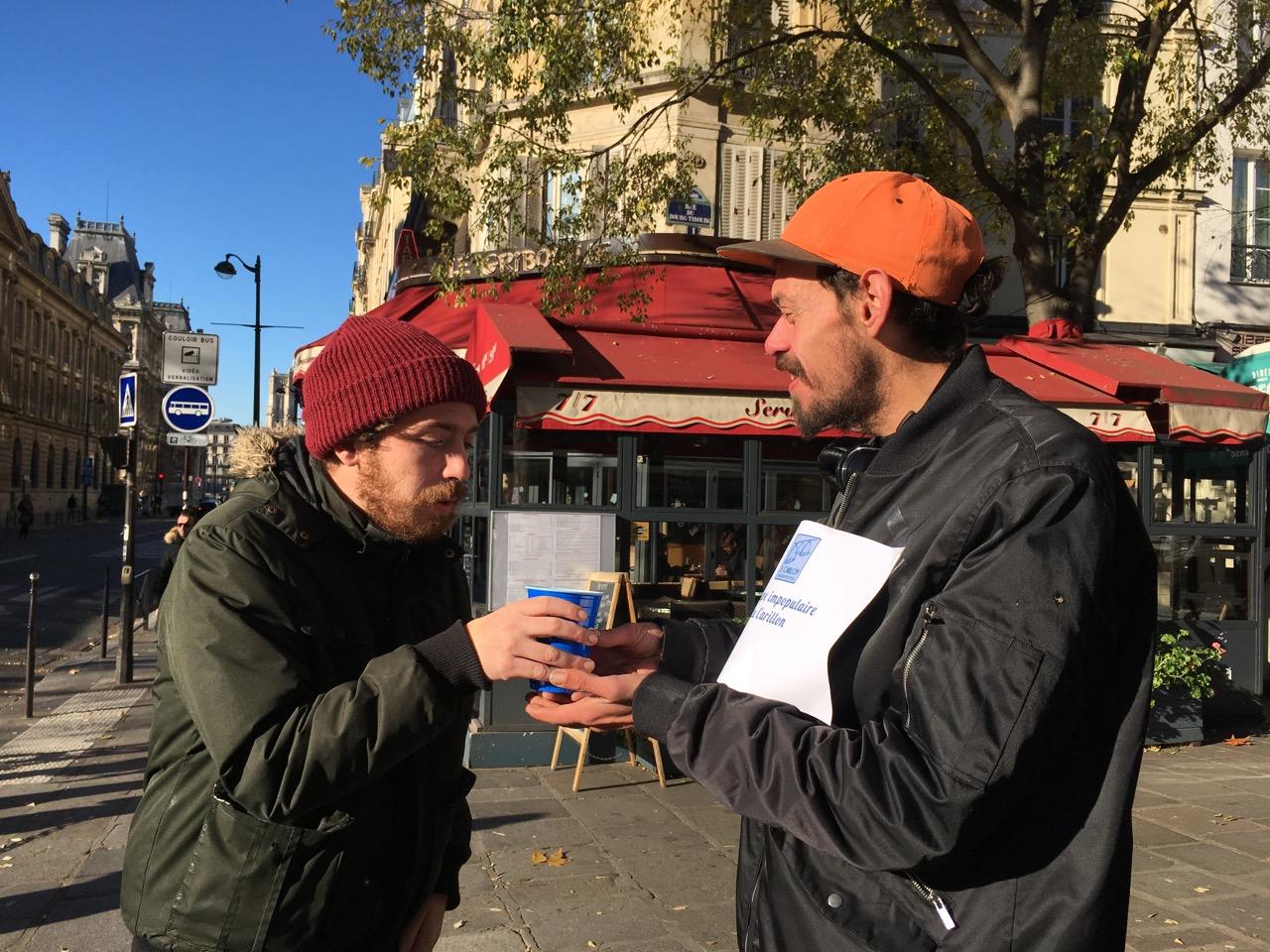 En fait, plein de commerçants offrent de l'aide à des sans-abri