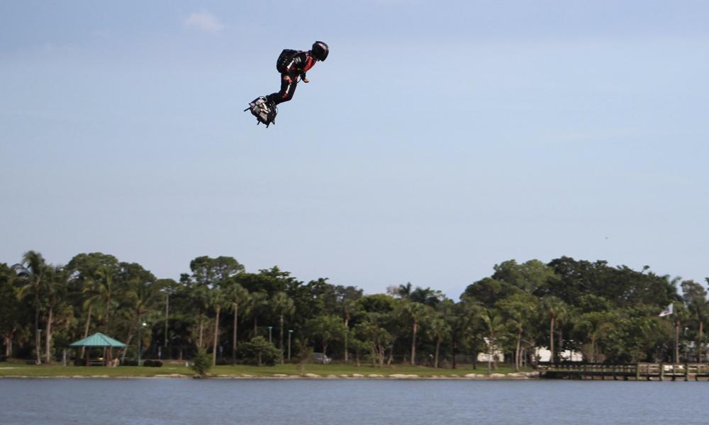 Fou : un mini skate pour voler au-dessus de l'eau