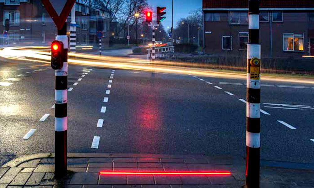 Piétons, traversez la route sans lever les yeux de votre smartphone !