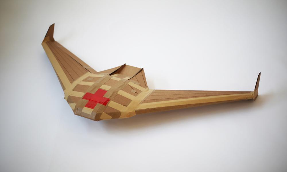 Un drone casque bleu, en carton et biodégradable
