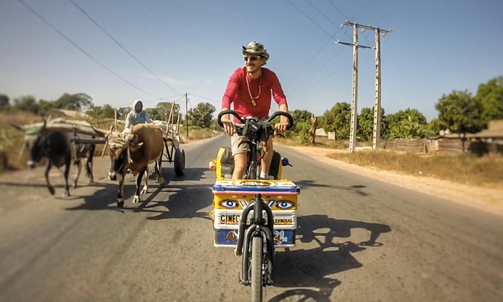 Il parcourt l'Afrique à vélo pour offrir un cinéma mobile et écolo