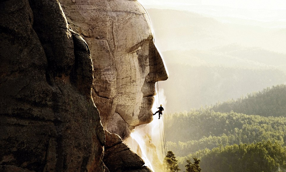 Il parcourt le monde pour… nettoyer les monuments