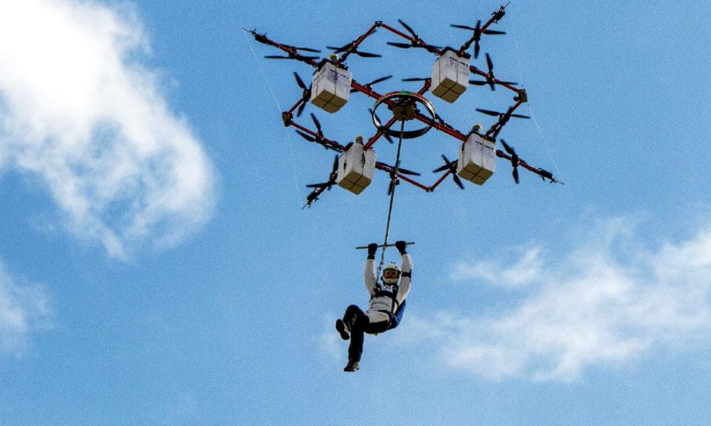 Toujours plus haut :  sautez en parachute... depuis un drone !