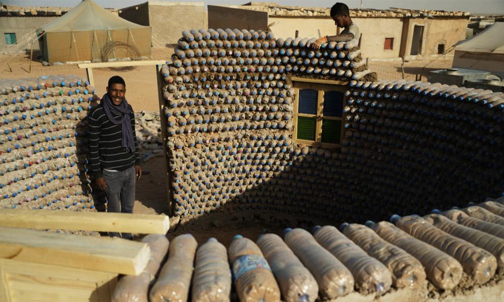 Des maisons en bouteilles plastique recyclé pour abriter les réfugiés