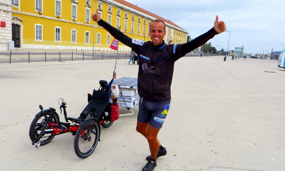 Il a fait le tour d'Europe sur un vélo… solaire