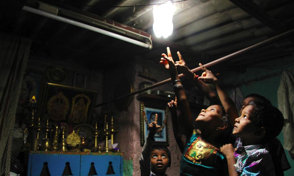 Idée de génie : recycler des bouteilles en lampes solaires