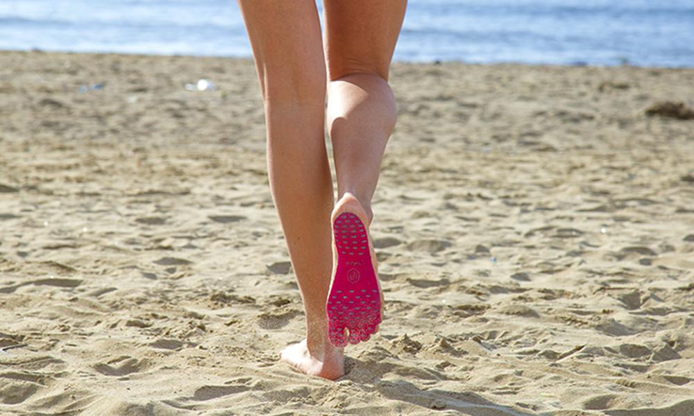Une semelle adhésive pour marcher pieds nus partout