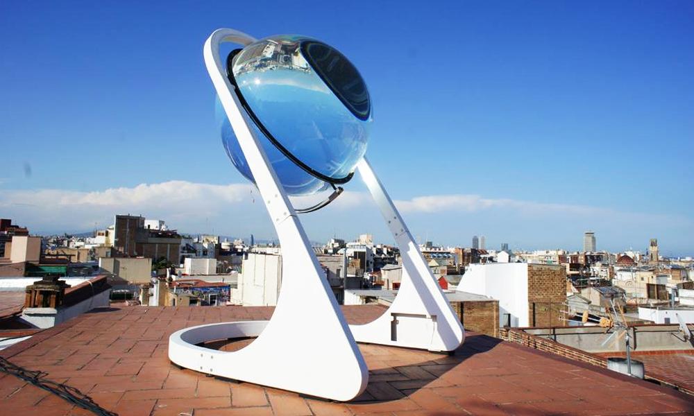 Ce globe en verre géant est quatre fois plus fort qu'un panneau solaire