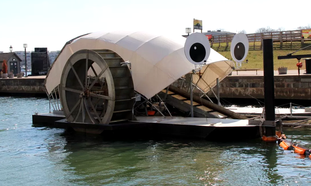 Cette machine autonome avale les déchets du port de Baltimore