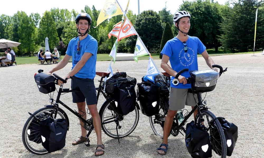 Deux cousins font le tour du monde en vélo pour lutter contre les déchets plastiques