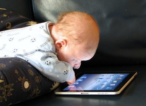 Pourquoi il faut absolument éloigner les écrans du lit de nos enfants
