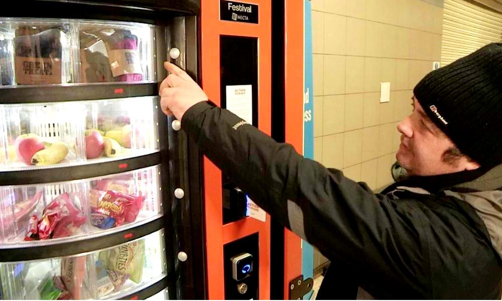 Mieux qu'un frigo de rue, un distributeur de nourriture gratuite pour les SDF