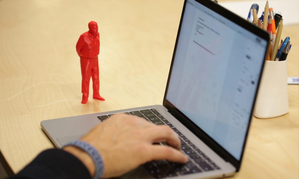 Deux fois plus productif au boulot grâce à cette figurine qui vous observe