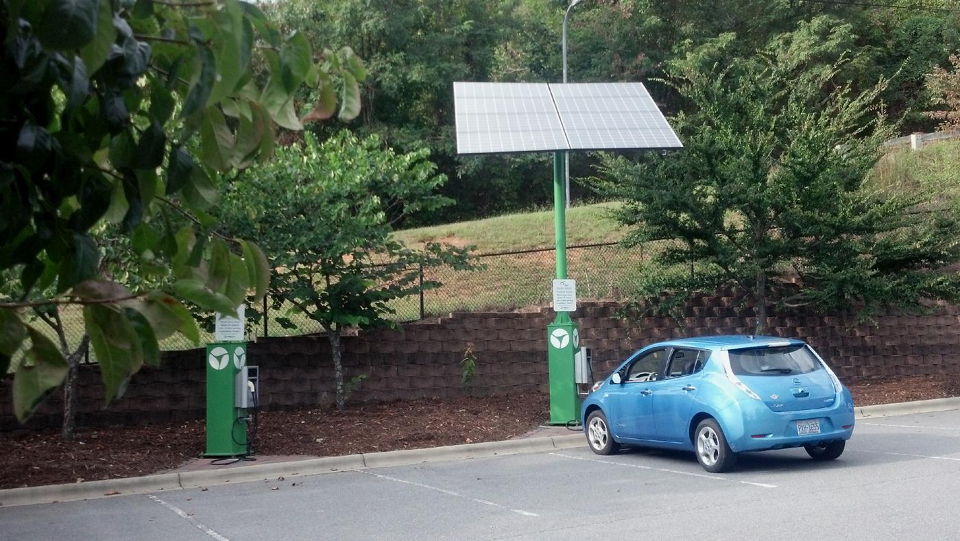 Toujours plus vert grâce à ces chargeurs solaires pour voitures électriques
