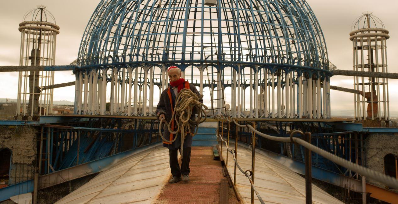À 92 ans, il construit sa propre cathédrale en matériaux recyclés