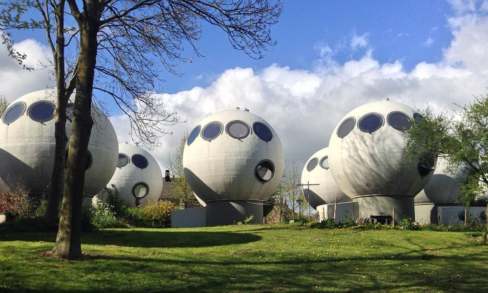 Un village extraterrestre ? Non, des maisons-bulles aux Pays-Bas