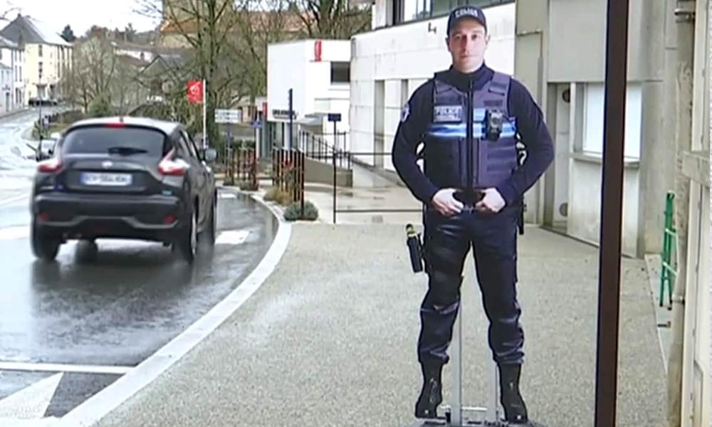 Ce policier en carton limite les excès de vitesse