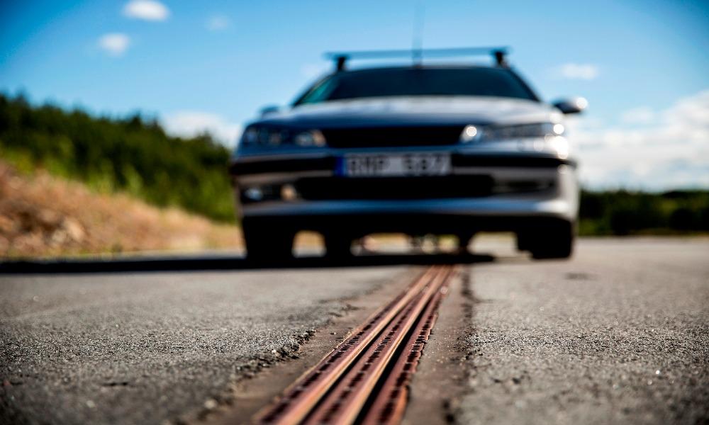 La Suède inaugure la première route qui recharge les voitures électriques