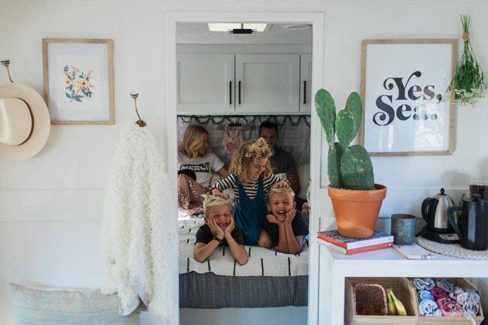 Cette famille de 5 personnes a tout plaqué pour vivre dans une caravane