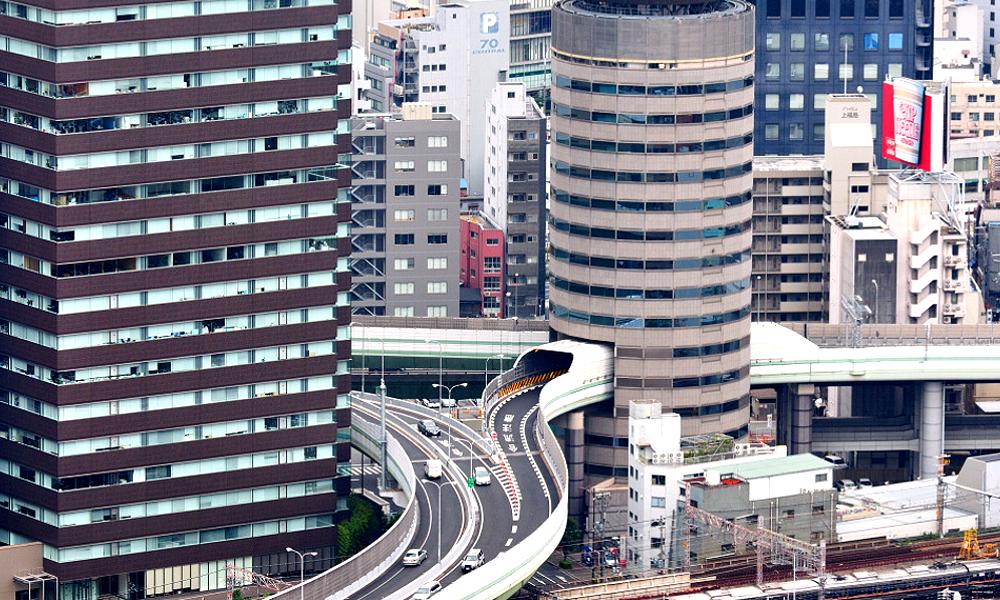 Sans détour, cette autoroute traverse un immeuble