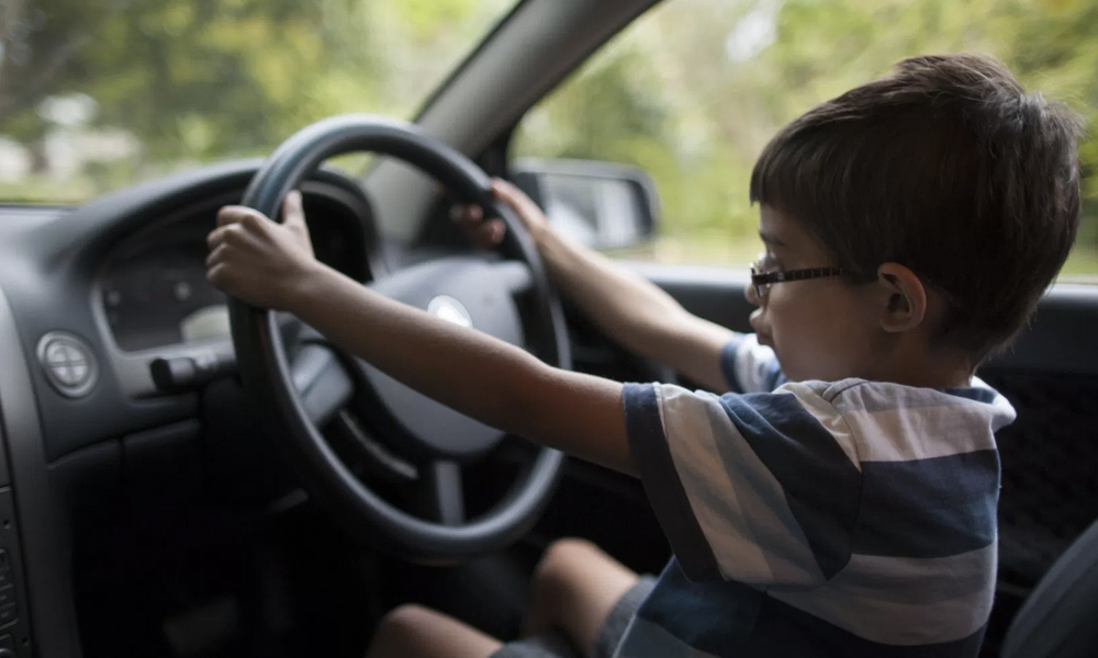 En Angleterre, on peut conduire dès l'âge de 10 ans