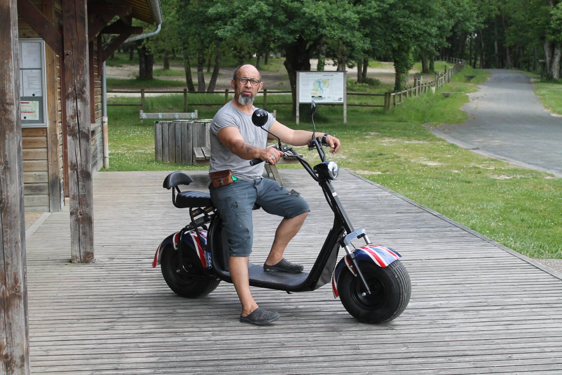Sa femme a un handicap, il lui fabrique un scooter électrique