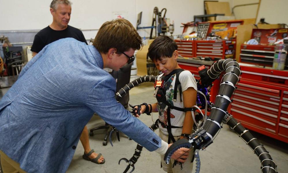 Cet enfant se déplace grâce à un exosquelette inspiré par Spiderman