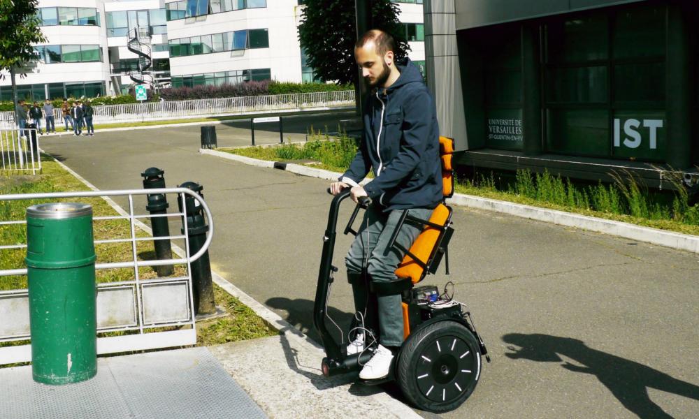 Un fauteuil roulant qui se conduit à la verticale