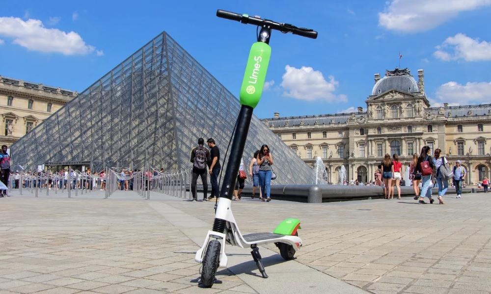 Paris a un nouveau service de véhicules partagés : des trottinettes électriques