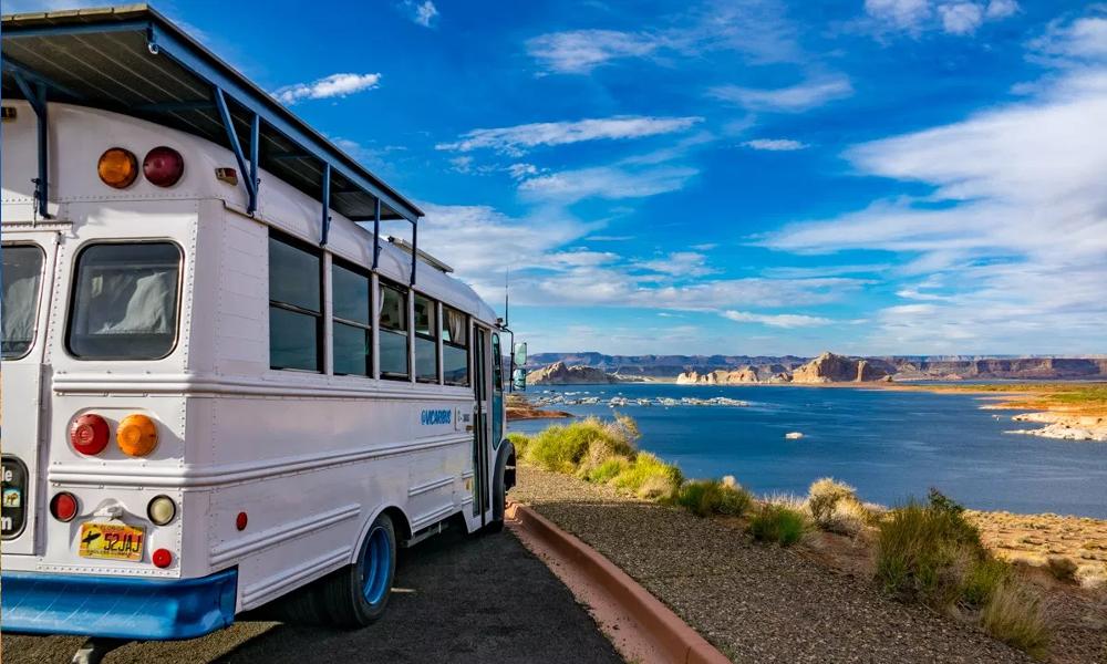 Vivre dans un autobus, d'accord, mais à l'énergie solaire
