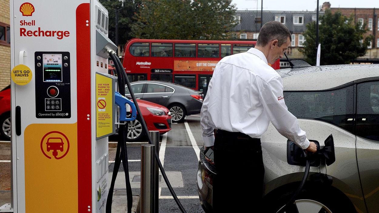 La recharge universelle des voitures, bientôt obligatoire pour les constructeurs ?
