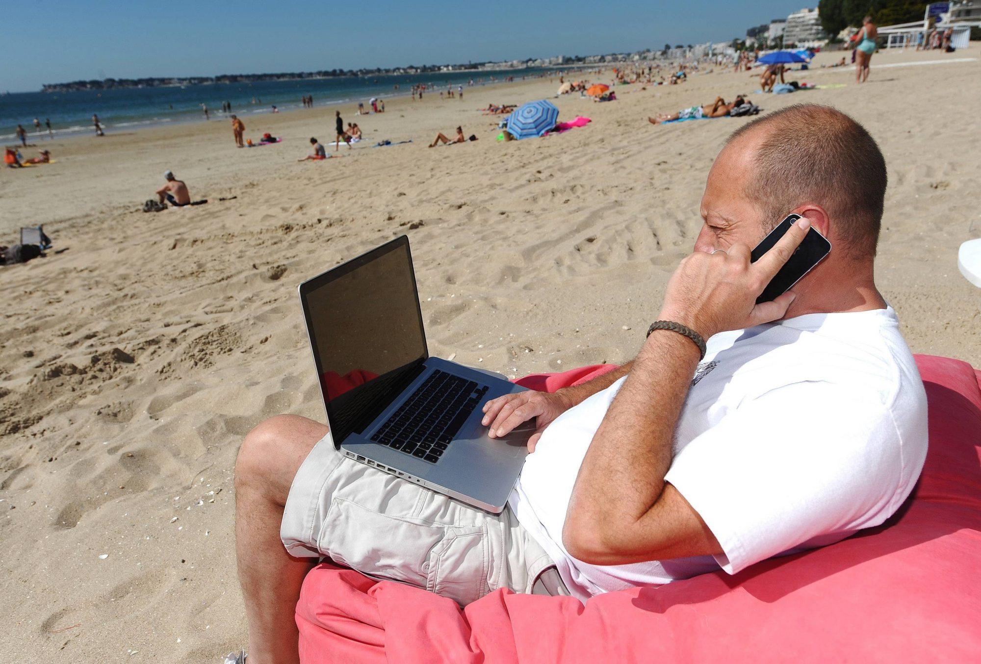 Même en vacances, les Français gardent la tête au boulot