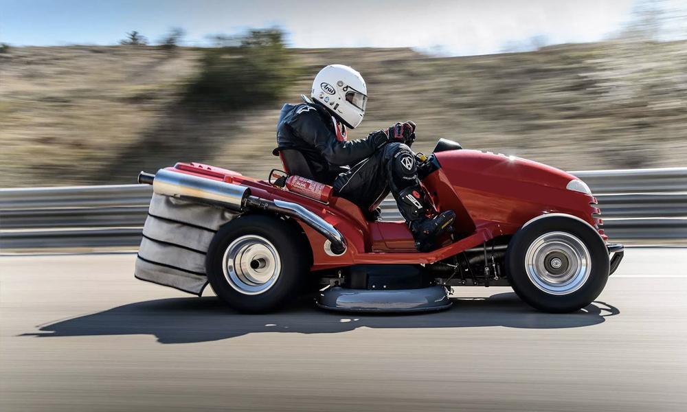 La tondeuse à gazon la plus rapide du monde roule à 240km/h