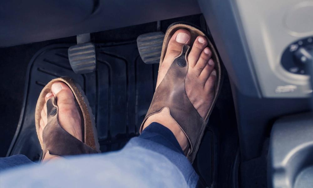 Conduire pieds nus ou en claquettes, est-ce vraiment autorisé ?