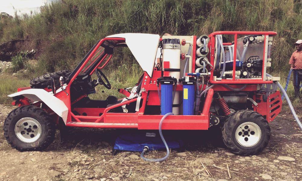 Cette jeep apporte de l'eau potable partout dans le monde
