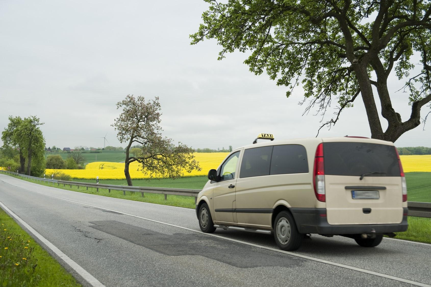 Taxis amateurs dans les campagnes : le gouvernement calme le jeu