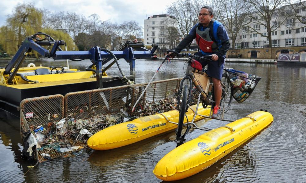 Il a fabriqué un vélo flottant pour nettoyer les rivières