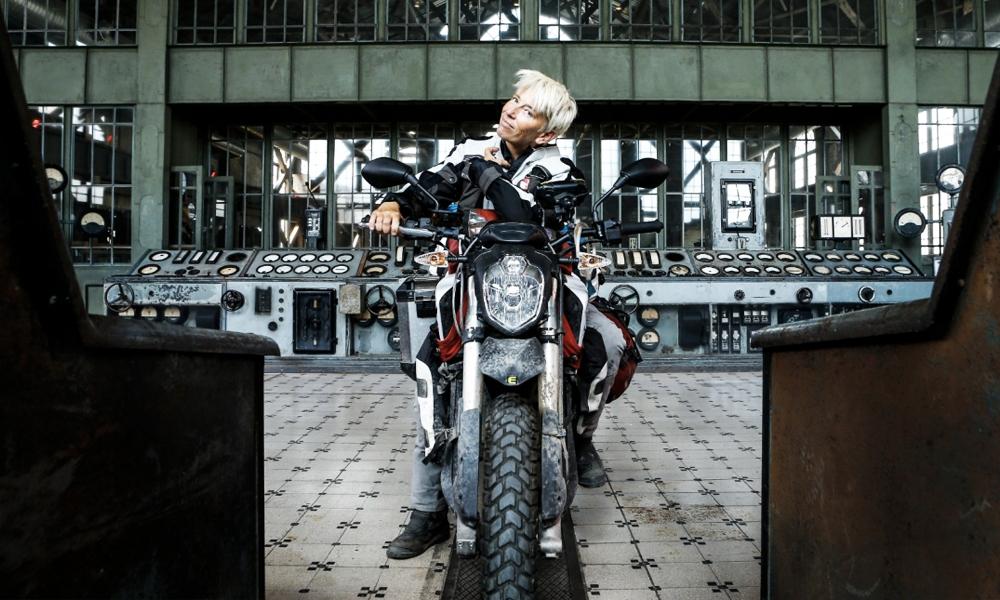 Cette aventurière veut convertir la France aux motos électriques