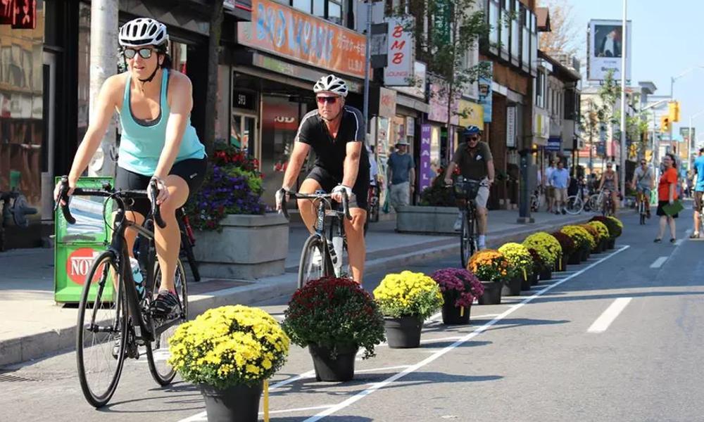 Des guérilleros du vélo installent des voies cyclables là où il en manque