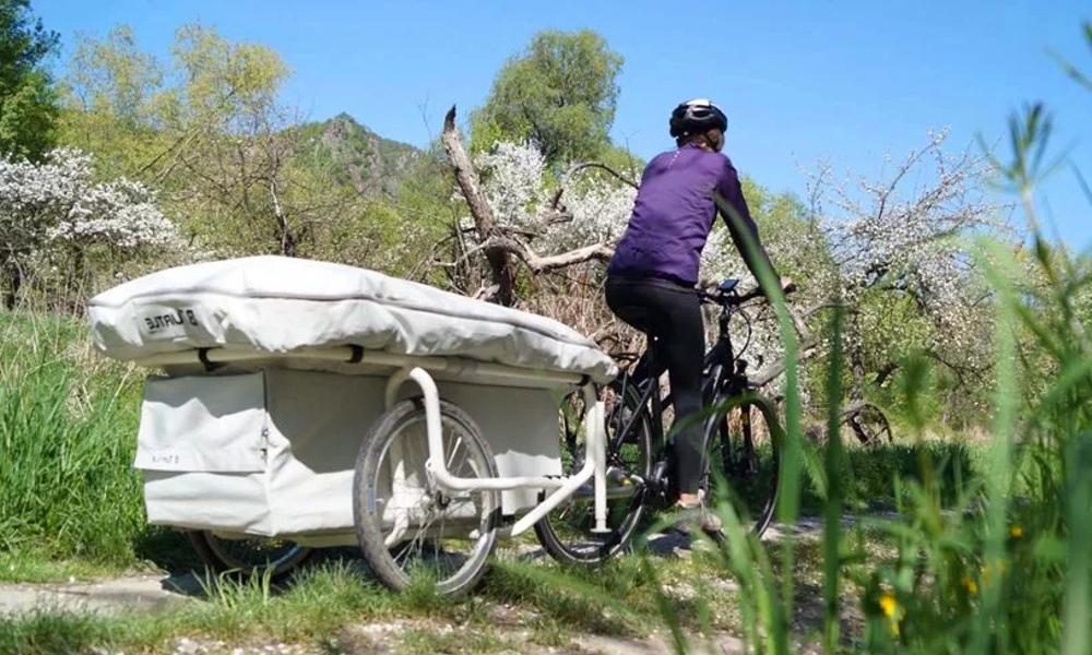 Une micro caravane gonflable pour les randonnées à vélo
