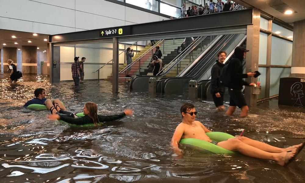 Dérèglement climatique : des Suédois transforment une gare inondée en piscine géante