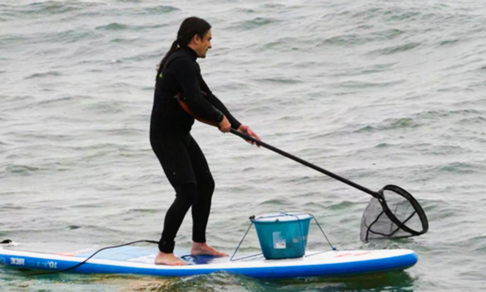 Un surfeur basque a inventé une pagaie pour nettoyer la mer