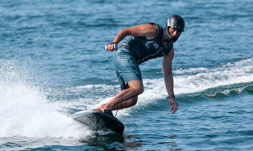 Plus besoin de vague avec ce surf électrique