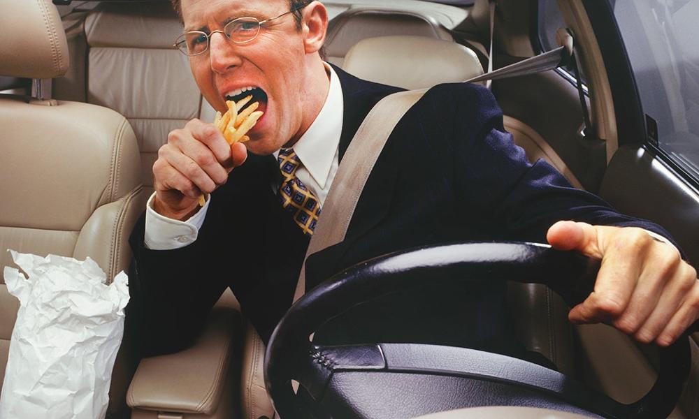 Dur à avaler : 47% des Français mangent en conduisant