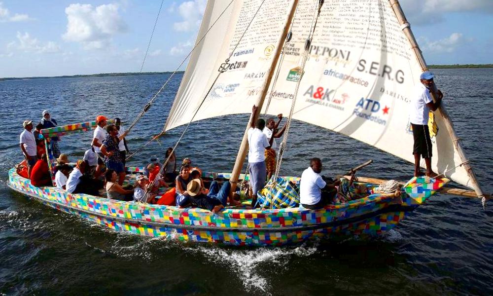 Ils repêchent les plastiques de la mer pour en faire un voilier